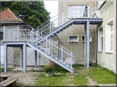 treppe mit gitterroststufen gel nder f r au en. Black Bedroom Furniture Sets. Home Design Ideas